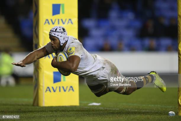 Nizaam Carr of Wasps scores a try during the Aviva Premiership match between London Irish and Wasps at Madejski Stadium on November 26 2017 in...