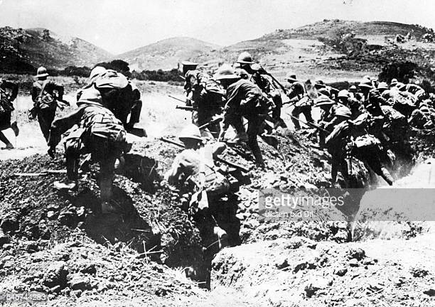 GALLIPOLI CAMPAIGN 1915 /nMembers of the British Royal Naval Divison on the attack at Gallipoli Turkey during World War I April 1915