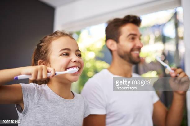 kein vater, pinsel wie folgt - zahnpflege stock-fotos und bilder