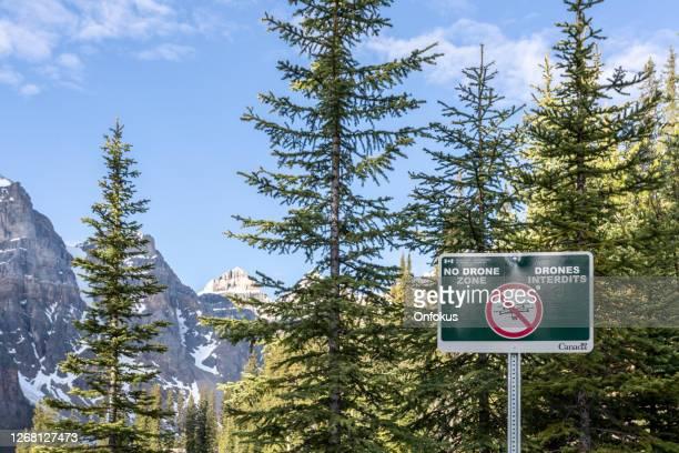 no drone zone at banff national park, alberta, canada - zone d'exclusion aérienne photos et images de collection