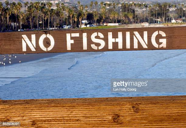 no fishing sign with sea in background - lyn holly coorg photos et images de collection