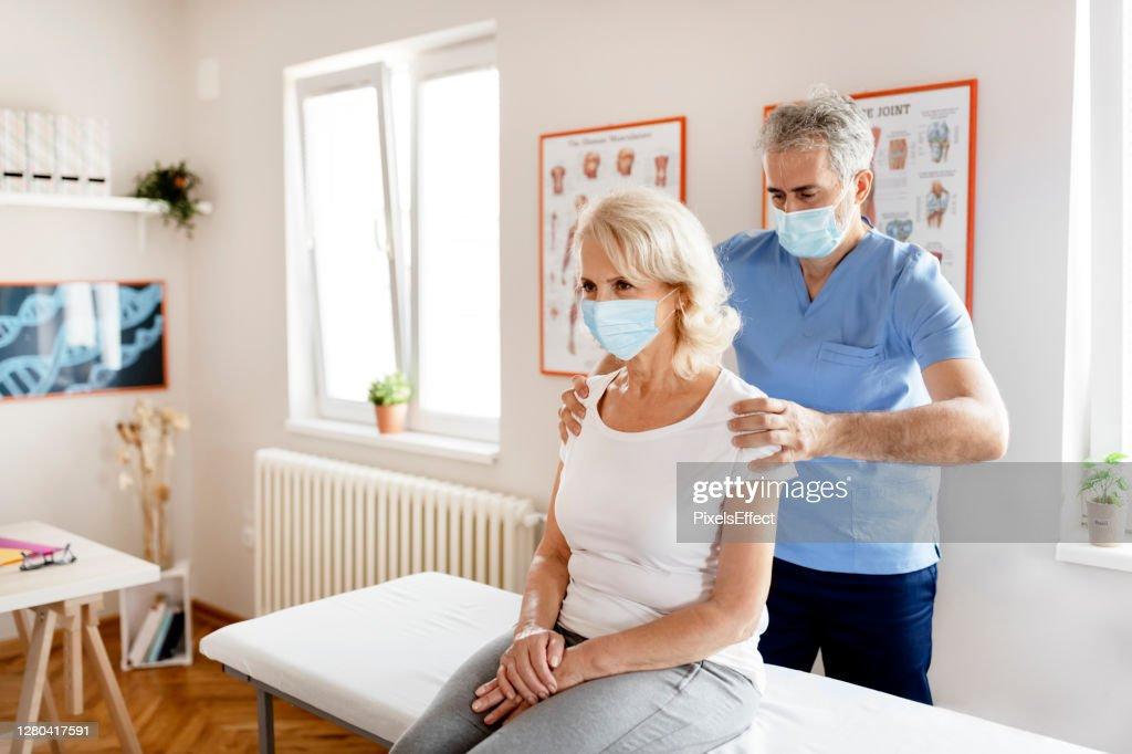 Geen operatie nodig met fysieke revalidatietherapie : Stockfoto