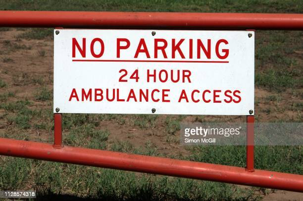 'no parking: 24 hour ambulance access' sign on the gate to a sports field - australian capital territory stockfoto's en -beelden