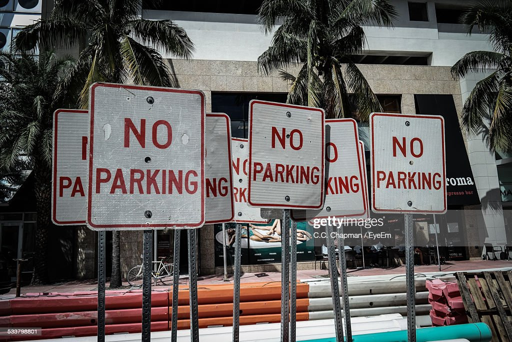 No Parking Signboards Against Building : Foto stock