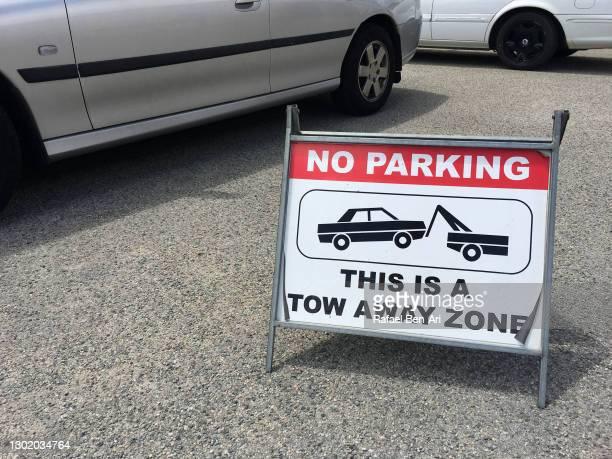 no parking tow away zone sign - rafael ben ari foto e immagini stock