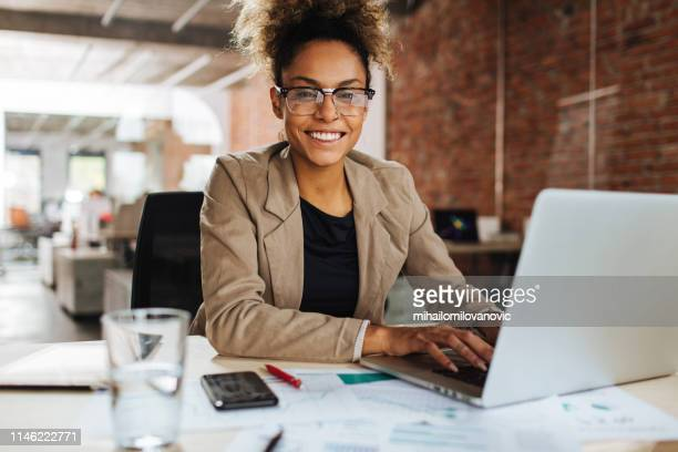 geen stress op het werk - zwart pak stockfoto's en -beelden