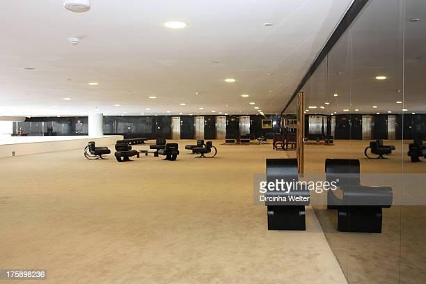 CONTENT] No terceiro andar do Palácio o mezanino é um espaço amplo composto por salas de espera e circulação entre o salão nobre o gabinete...