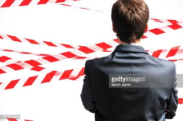 Keine unbefugtes betreten, Mann gegen Sicherheit Streifen Hintergrund, Ansicht von hinten