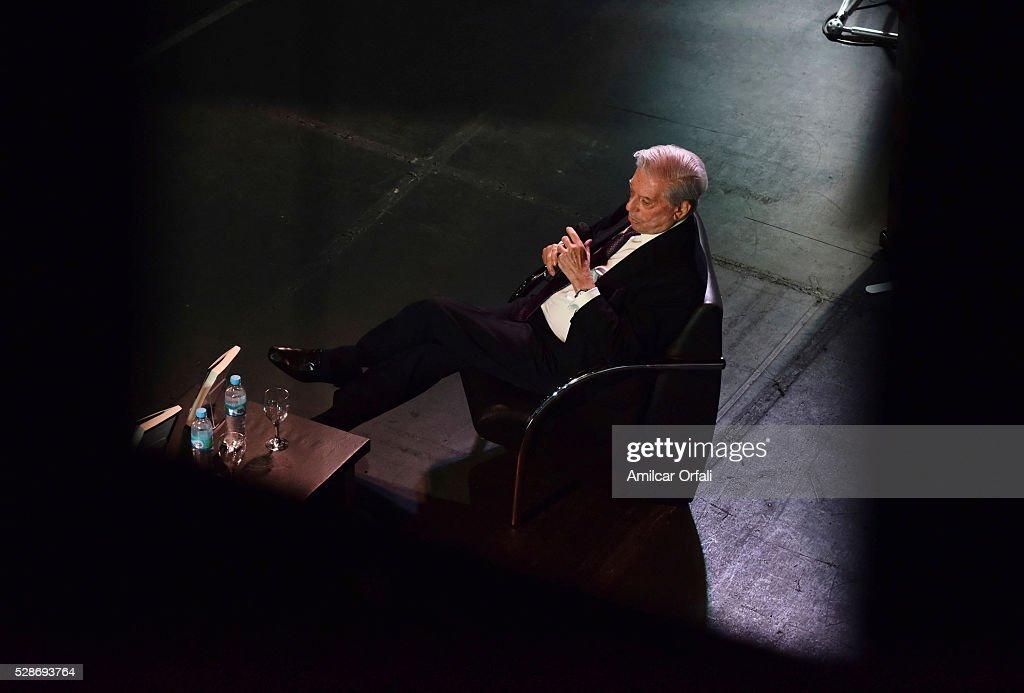 """Mario Vargas Llosa Presents """"Cinco Esquinas"""" in Buenos Aires : Fotografía de noticias"""