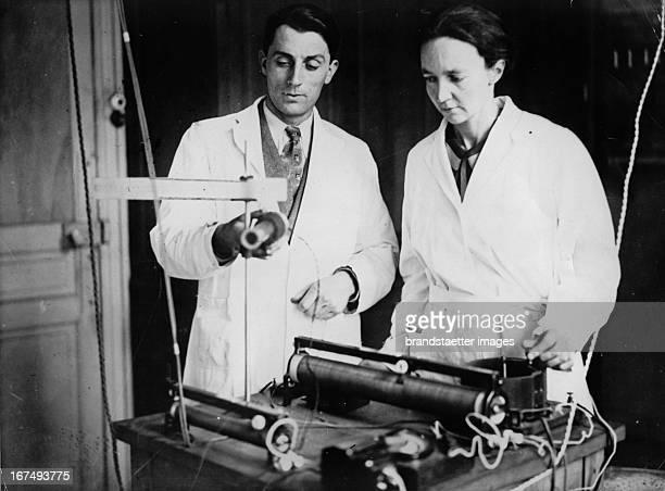 Nobel Prize in Chemistry for the couple Irene JoliotCurie and Frederic Joliot Photograph 1935 Nobelpreis für Chemie für das Ehepaar Irene JoliotCurie...