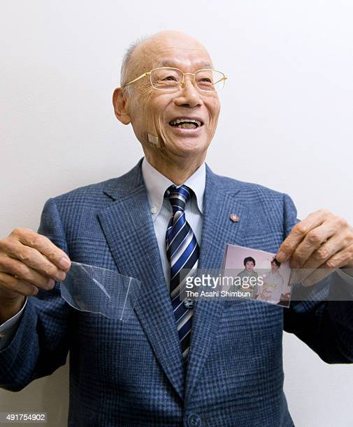 Nobel Prize in Medicine laureate and Kitasato University Professor Emeritus Satoshi Omura shows a picture of his wife and daughter during the Asahi...
