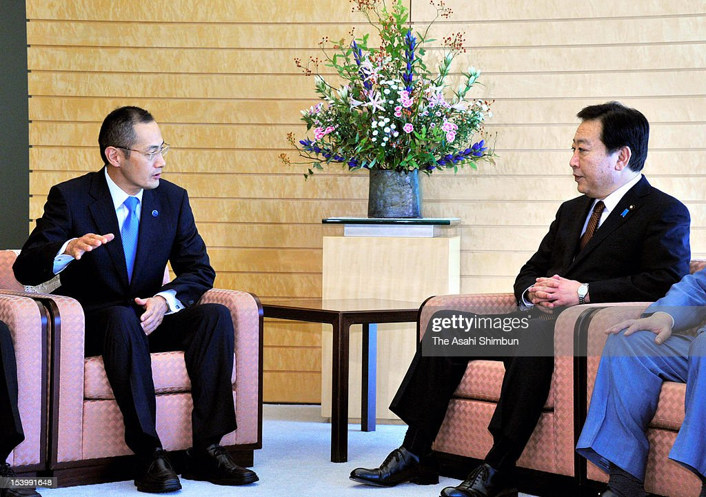 Nobel Prize in Medicine laureate and Kyoto University Professer Shinya Yamanaka (L) speaks to Japanese Prime Minister Yoshihiko Noda (R) at Noda's official residence on October 12, 2012 in Tokyo, Japan. Noda revealed that his wife had been making donetion to his research since three years ago.