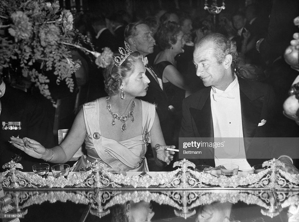 Linus Pauling Chats with Princess Sibylla : News Photo