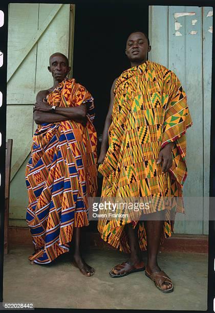 noblemen in kumasi wearing traditional robes - kente fotografías e imágenes de stock