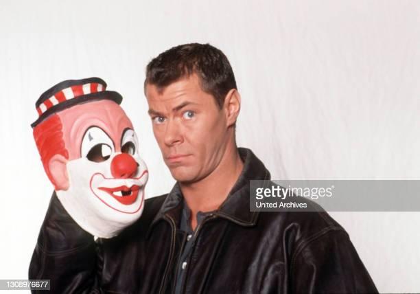 """Noch einmal zeigt RTL die Pilotfolge zur Actionserie des Jahres: MAX ZANDER ist """"Der Clown"""", ein verdeckt ermittelnder Top-Agent. Aka. Feindschaft /..."""