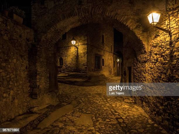 noche empedrada - 石造りの家 ストックフォトと画像