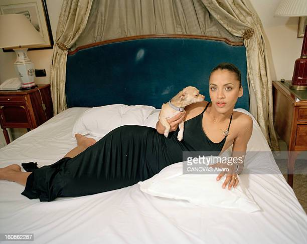 Noemie Lenoir Poses At The Hotel Millenium Opera A Paris en mai 2000 portrait du mannequin Noémie LENOIR de l'agence FORD posant dans une chambre de...