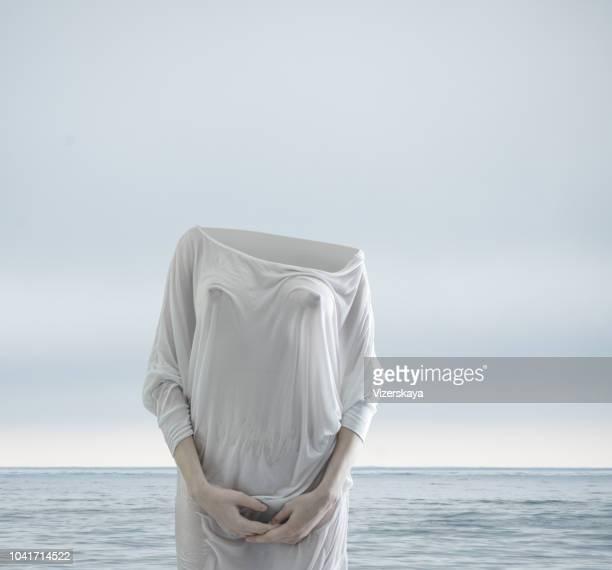 nohead mujeres - decapitado fotografías e imágenes de stock