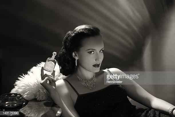 noir style.new perfumes - mulher fatal imagens e fotografias de stock