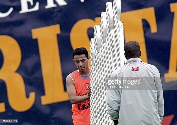 Nolberto Solano jugador del Aston Villa de Inglaterra y Jefferson Farfan del Alianza Lima de Peru cargan un parante durante una practica de la...