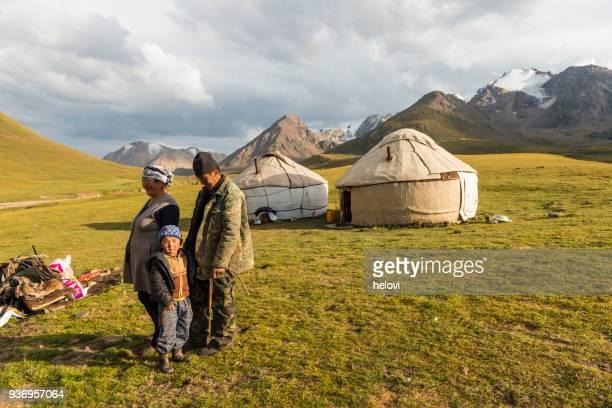 遊牧民の人々 湖 kol ウコクで - 中央アジア ストックフォトと画像