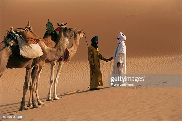 nomads talking in desert - touareg photos et images de collection