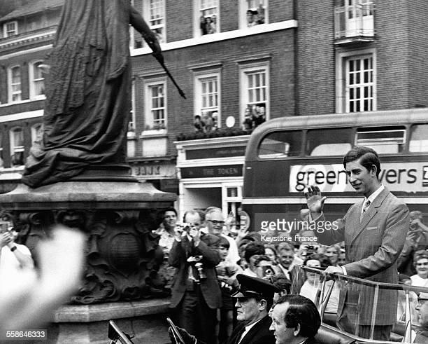 Nomme recemment citoyen d'honneur de New Windsor le Prince Charles a parcouru la ville a bord d'une voiture officielle decouverte le 29 juin 1970 a...