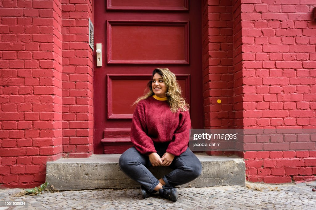 Street portrait of a young woman : Stock-Foto