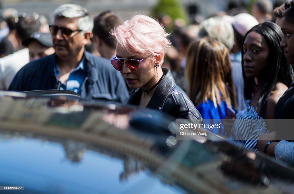 Street Style - Paris Fashion Week - Menswear Spring/Summer 2018 : Day Four : News Photo