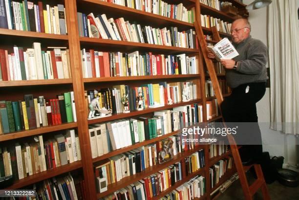 Norbert Blüm muß manchmal schon eine Leiter benutzen, um das gewünschte Buch aus den hohen und immer zahlreicher werdenden Regalen zu holen. Wenn...