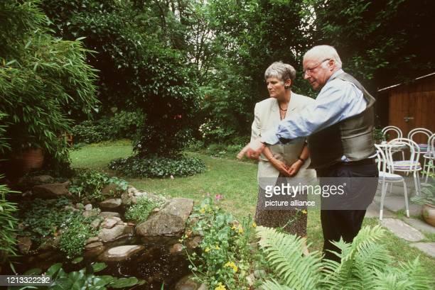 """Norbert Blüm und seine Frau Marita bewundern die Fische im Gartenteich, die """"Nobbi"""" immer reichlich mit Futter versorgt.Wenn Norbert Blüm nach einem..."""