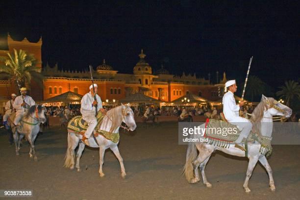 Nordafrika MAR Marokko Marrakesch August 2010 Fantasia Diese kriegerischen Reiterspektakel simulieren eine wilde Kavallerieattacke bei der am Ende...