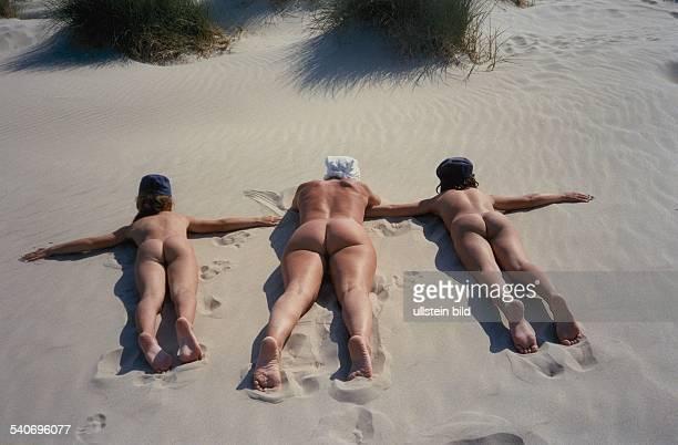 Sonnenbadende Menschen an FKKStrand Aufgenommen um 1988