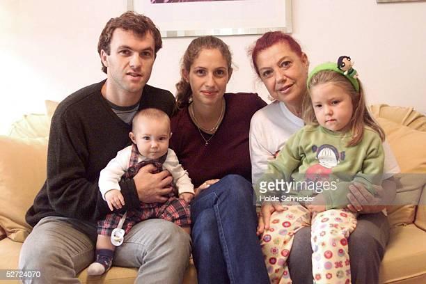 Norderstedt; Bernardo Daniel ROMEO/HSV mit Ehefrau BRENDA und den Kindern GASPAR und JULIANA, dahinter Schwiegermuttter SALLY (Photo by Holde...