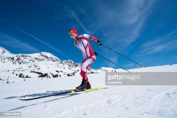 スケート レース スーツでスキーヤー クロス北欧 - ノルディックスキー大会 ストックフォトと画像