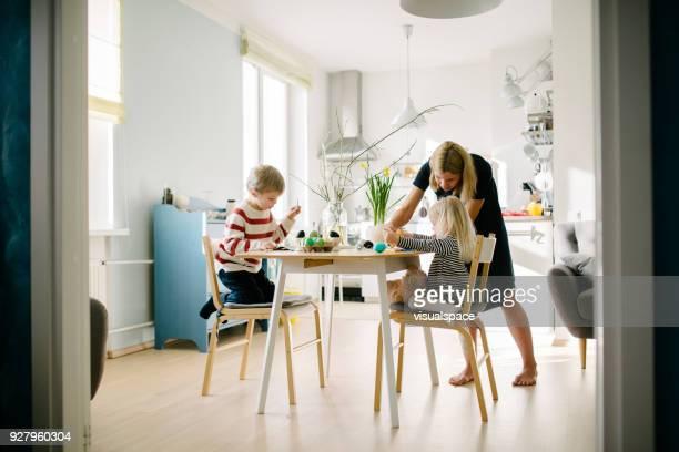 イースターの準備中に北欧家族 - happy easter mom ストックフォトと画像