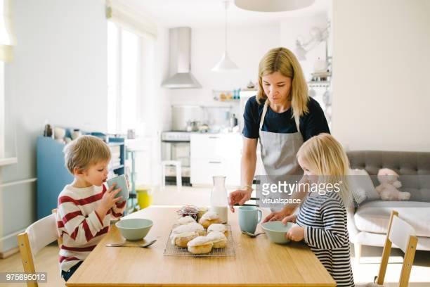 familia nórdica comer bollos ahí el martes de carnaval - mujeres de mediana edad fotografías e imágenes de stock