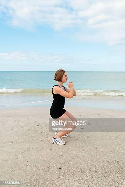 """normal mirando joven mujer ejercicio en la playa. - """"martine doucet"""" or martinedoucet fotografías e imágenes de stock"""