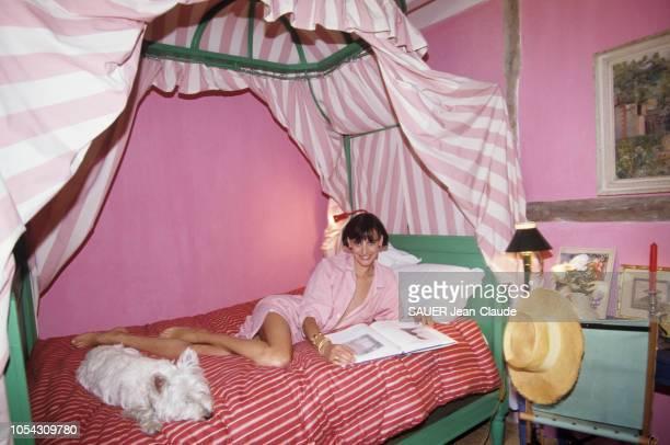 Normandie, France - Août 1992 - Inès DE LA FRESSANGE et son mari Luigi D'URSO accueillent Paris Match dans la maison de leurs rêves. Ici, la top...