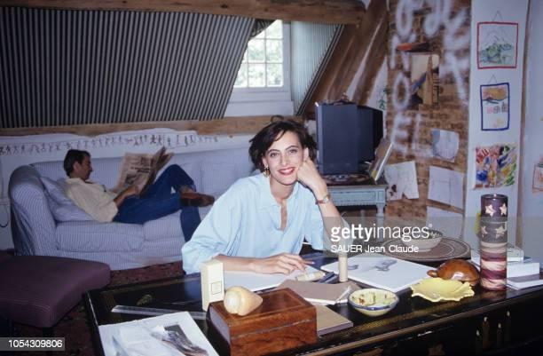 Normandie France Août 1992 Inès DE LA FRESSANGE et son mari Luigi D'URSO accueillent Paris Match dans la maison de leurs rêves Ici la mannequin...
