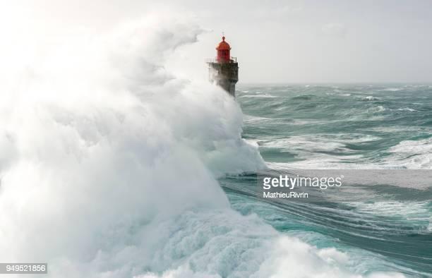 énorme vague au phare de la jument dans la tempête - leuchtturm sturm stock-fotos und bilder