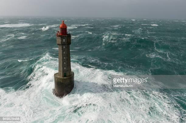 énorme vague au phare de la jument dans la tempête - la jument stock pictures, royalty-free photos & images