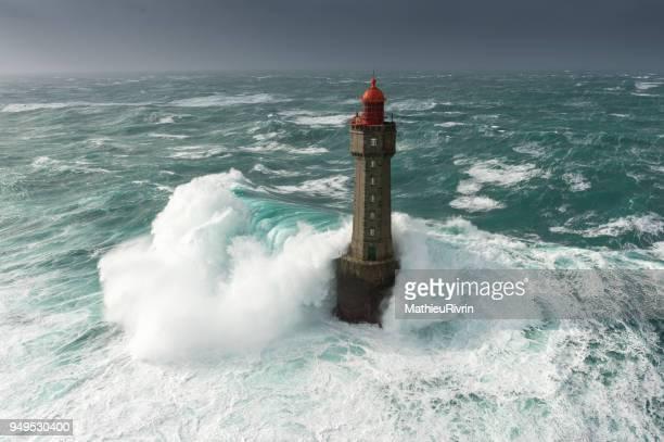 énorme vague au phare de la jument dans la tempête - bretagne photos et images de collection