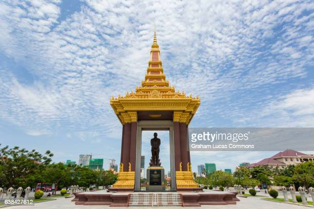 norodom sihanouk statue in central phnom penh, cambodia. - norodom sihanouk stock pictures, royalty-free photos & images