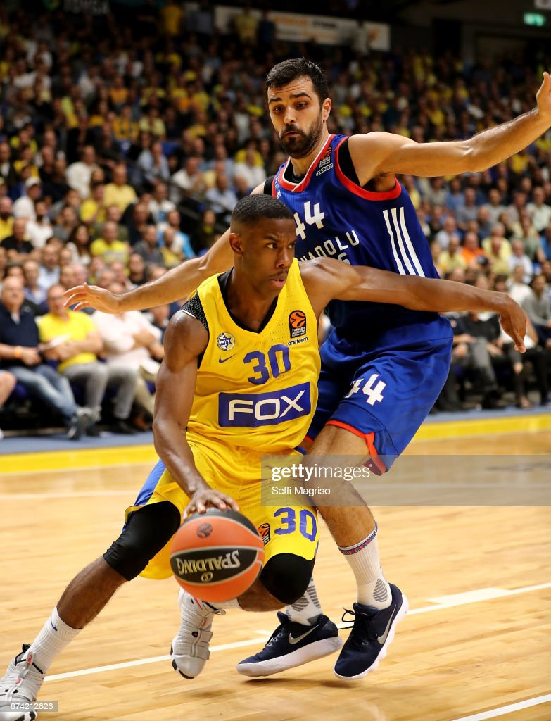 Norris Cole, #30 of Maccabi Fox Tel Aviv competes with Krunoslav Simon, #44 of Anadolu Efes Istanbul during the 2017/2018 Turkish Airlines EuroLeague Regular Season Round 7 game between Maccabi Fox Tel Aviv and Anadolu Efes Istanbul at Menora Mivtachim Arena on November 14, 2017 in Tel Aviv, Israel.