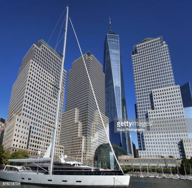 north cove marina on the hudson river at brookfield place, near the world trade center site, with the freedom tower in the background. lower manhattan, new york city - hudson bay 個照片及圖片檔