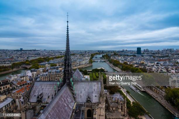 north dame paris tower - torenspits stockfoto's en -beelden