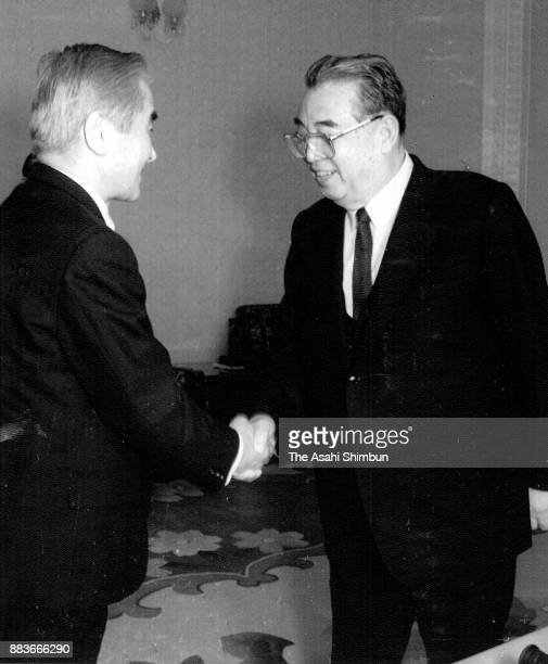 North Korean leader Kim Ilsung shakes hands with Asahi Shimbun editor in chief Muneyuki Matsushita prior to the interview on March 31 1992 in...