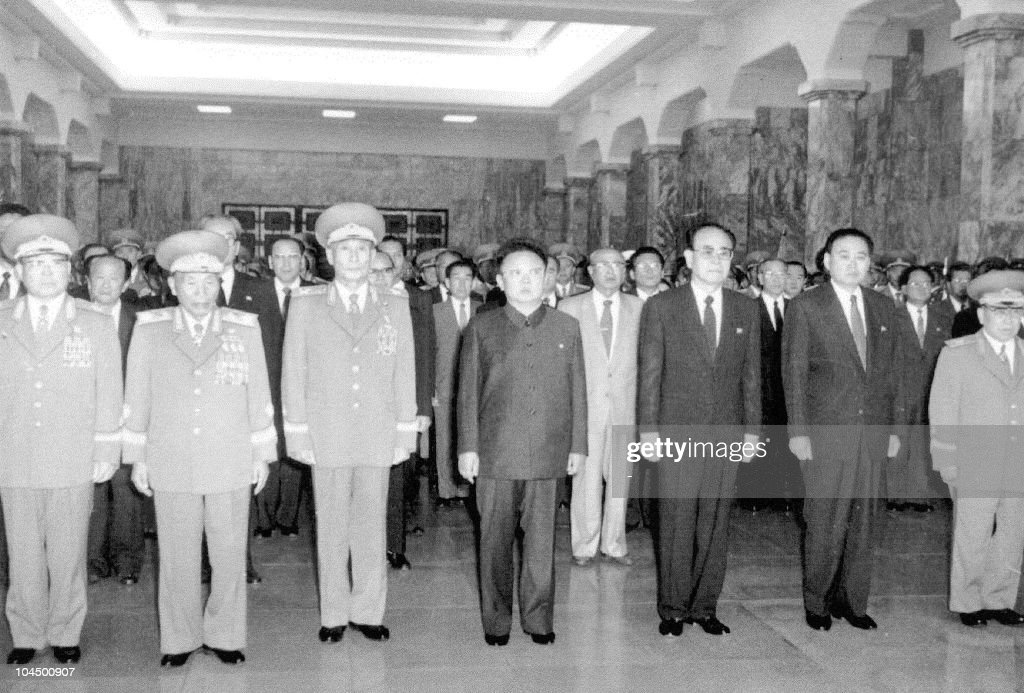 North Korean leader Kim Jong-Il (C) salu : News Photo
