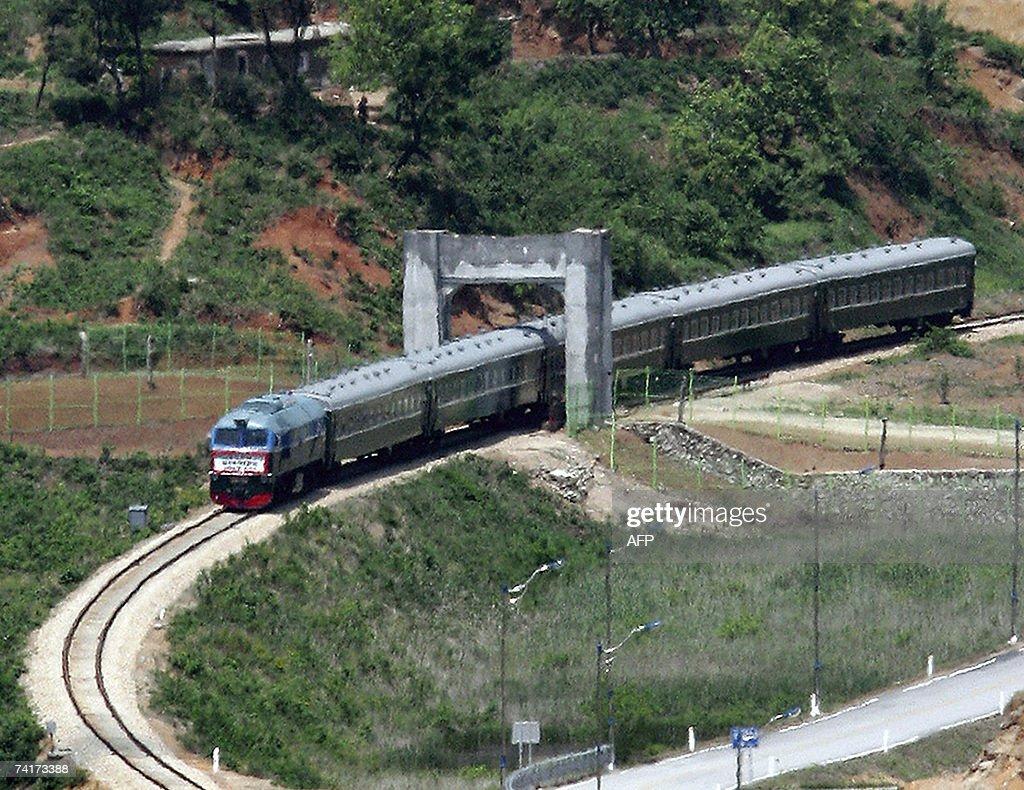 A North Korean train passes through to t... : News Photo
